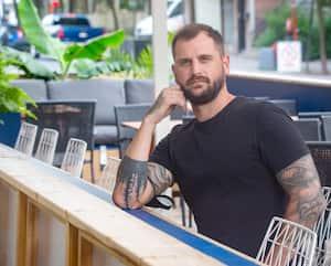 Mathieu Ménard espère que les bars pourront bientôt opérer jusqu'à 3h du matin comme avant la pandémie de COVID-19. On le voit ici sur la terrasse du Minéral, dans le Village, l'un des deux établissements dont il est propriétaire à Montréal.
