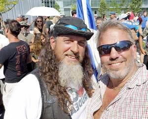 L'ancien comptable Daniel Pilon (à droite) est une figure bien connue du mouvement complotiste et contre les mesures sanitaires au Québec. On le voit ici en compagnie de Steeve Charland, un autre leader complotiste.