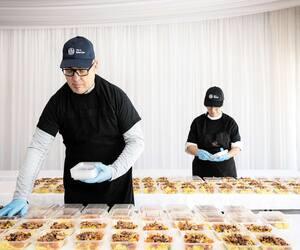 Plusieurs bénévoles s'activaient dans les cuisines cette semaine pour préparer des centaines de repas gratuits pour les citoyens de Mercier.