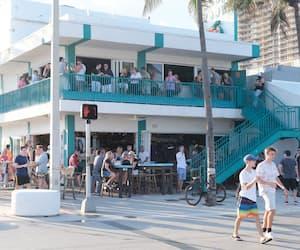 La distanciation physique et le port du masque ne sont pas monnaie courante dans les restaurants et les bars de Fort Lauderdale.