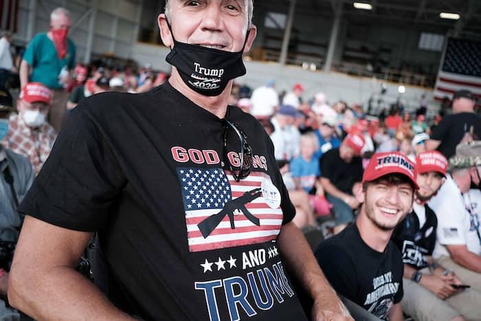 Des partisans de Donald Trump assistent à un discours du président sortant dans un hangar d'aéroport, à Londonderry, dans le New Hampshire.