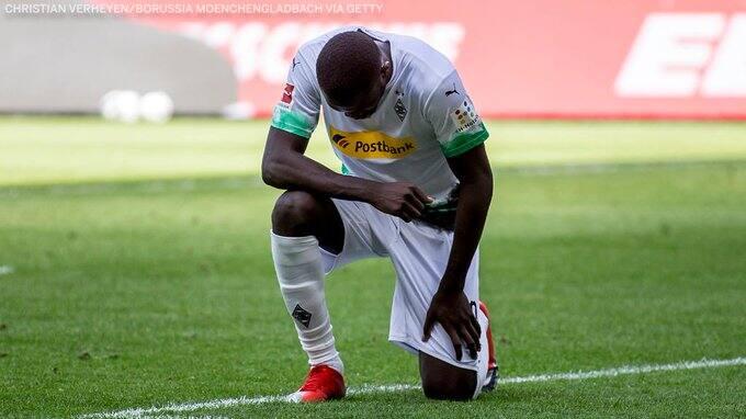 Marcus Thuram, double buteur, un genou à terre en hommage — Bundesliga