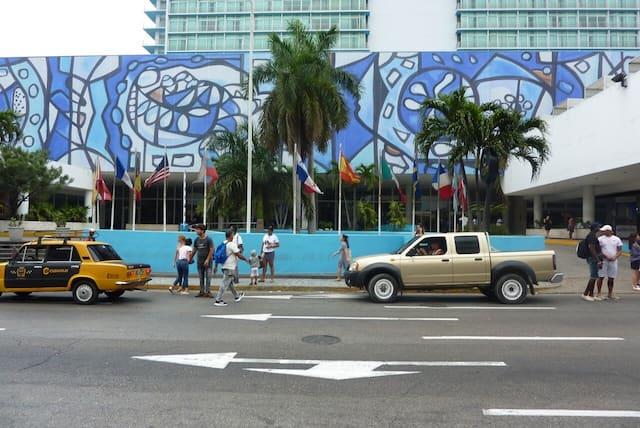 On peut admirer sur une des façades l'immense murale en céramique de l'artiste cubaine Amelia Pelaez.