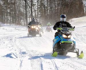 Rappelez-vous toujours que nous avons des conditions de début de saison dans les sentiers. Malgré la tempête, il se peut qu'il manque de neige à certains endroits. La prudence s'impose.