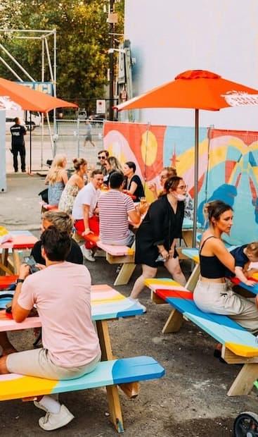Image principale de l'article Un resto-terrasse éphémère hyper coloré à essayer