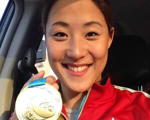 Marie-Lou Morin pose fièrement avec la médaille d'or remportée aux Jeux PanAméricains disputés à Toronto en 2015.