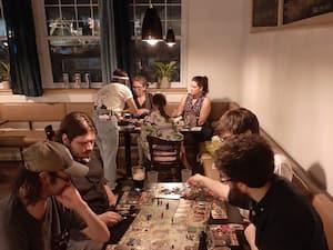 Des clients jouent à un jeu du pub ludique Le Randolph de Rosemont le 3 septembre.