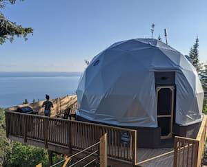 Image principale de l'article Des dômes avec vue sur la mer en Gaspésie