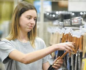 Alors qu'elle n'était qu'en secondaire 2, Camille Hébert a commencé à travailler dans une quincaillerie, imitant ainsi de plus en plus d'adolescents qui concilient travail et études.