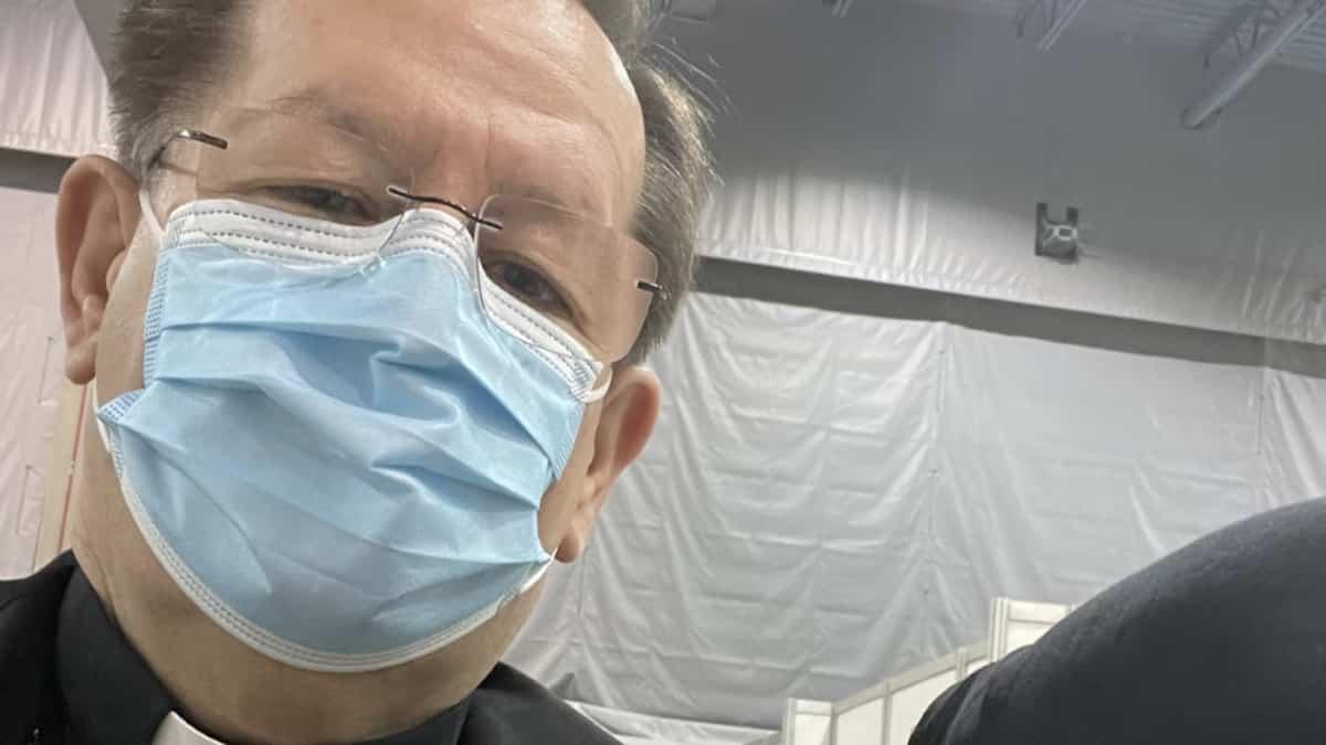 Le cardinal Lacroix reçoit sa première dose du vaccin contre la COVID - TVA Nouvelles