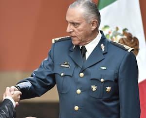 Sur cette photo de 2016, le président mexicain serre la main du général Salvador Cienfuegos (à droite).