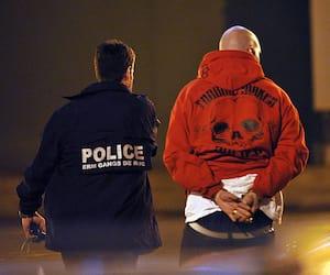 Un fournisseur de gang de rue est amené au poste de police.