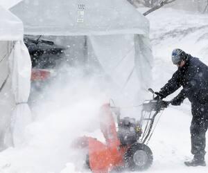 Une scène d'hiver et de ses abris d'auto temporaires.