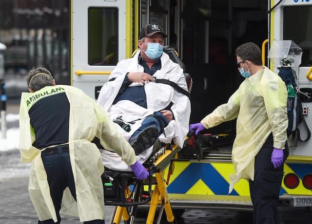 l a ensuite été pris en charge par les paramédics, qui l'ont transporté en ambulance à l'hôpital.