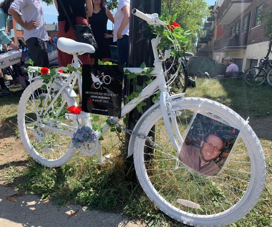 Un vélo fantôme a été installé, samedi, au coin l'avenue Christophe-Colomb et de la rue Mistral, dans le quartier Villeray à Montréal, à l'endroit même où Louis Morency, un cycliste de 33 ans, est décédé après avoir été fauché par un camion lourd le 24 juillet 2012. LE 24 JUILLET 2021. PHOTOS Gabriel Ouimet/ 24 Heures/Agence QMI.