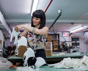 Geneviève Lorange, propriétaire de l'entreprise de literie Bigarade, a flairé la bonne affaire quand elle a converti son commerce à la production de masques de catégorie 1, dans le cadre de la pandémie du coronavirus (COVID-19), à Montréal, samedi le 25 avril 2020.