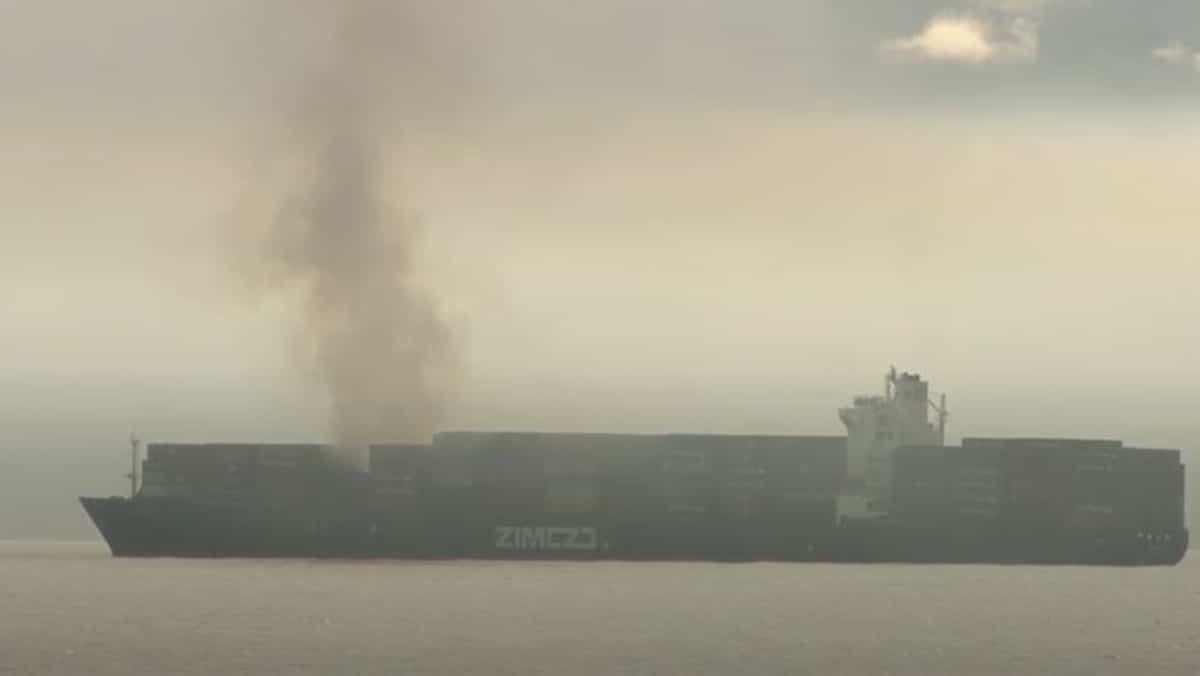 Un porte-conteneurs en flammes dégage du gaz toxique au large du Canada