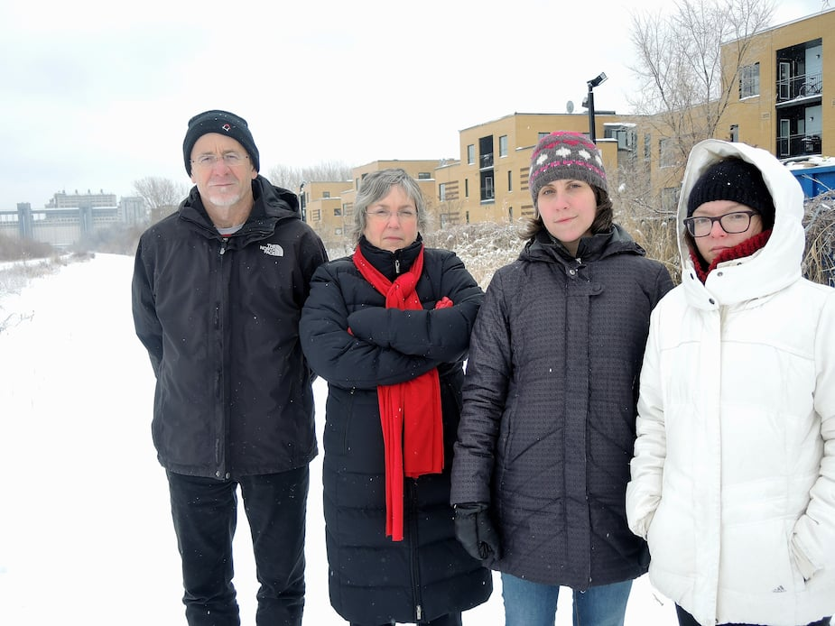 Luc Gallant, Paule Dufour, Amélie Desnoyers et Émilie Dupuis déplorent que la Ville de Montréal et le Ministère des transports ne consultent pas les citoyens voisins du secteur à développer.