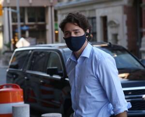 Justin Trudeau est arrivé masqué à son bureau jeudi. Témoignantpar vidéoconférence au Comité permanent des finances qui tente de faire la lumière sur l'affaire WE Charity, ila assuré que l'organisme «n'a reçu aucun traitement préférentiel».