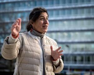 Janet Diaz, responsable de l'équipe clinique chargée de la riposte à la COVID-19, juste devant le siège de l'OMS à Genève.