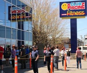 Il y a un flot constant de clients qui entrent chez les différents pisciniers de Québec, de l'ouverture à la fermeture.