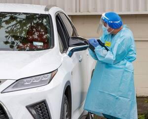 Un travailleur de la santé à Auckland, en Australie.