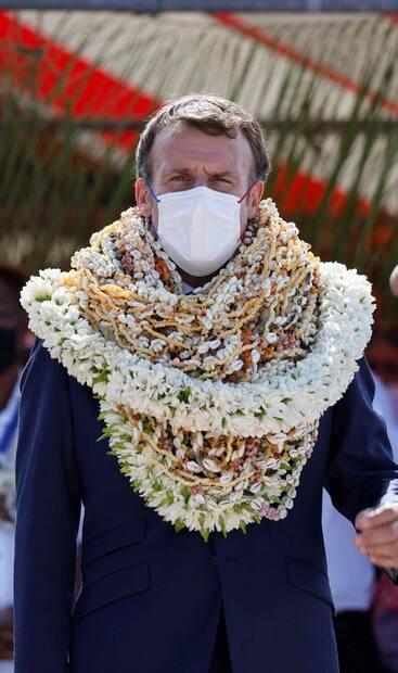 Image principale de l'article Macron enseveli sous les colliers fait rire de lui