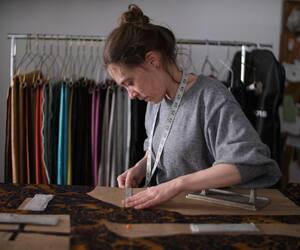 Sarah Balleux est créatrice de costumes. C'est notamment à elle qu'on doit les habits des personnages de l'émission jeunesse «Alix et les Merveilleux».