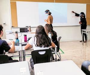 Après une année 2020 marquée par de nombreux bouleversements dans les classes du Québec, les directions d'école craignent une hausse des échecs. Sur la photo, on peut voir des élèves du Collège Reine-Marie, à Montréal, à la rentrée d'août.
