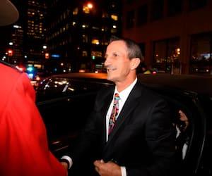 Guy Carbonneau à son arrivée à la cérémonie d'intronisation au Temple de la renommée du hockey, lundi soir, à Toronto.