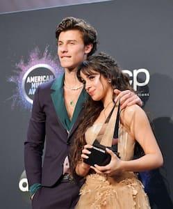 Image principale de l'article Camila Cabello lèche Shawn Mendes en public