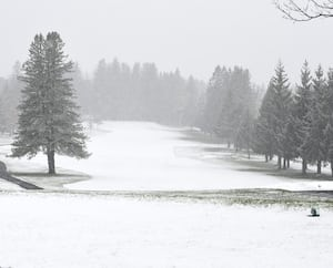 De la neige est tombée sur la région de Québec, lundi, comme ici au club de golf de Lorette. Elle ne devrait pas rester au sol.