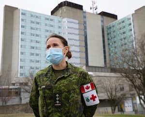 Entrevue avec des militaires en renfort à l'hôpital de St-Anne-de Bellevue à Montréal. Sur cette photo: Capitaine Isabelle Dubé