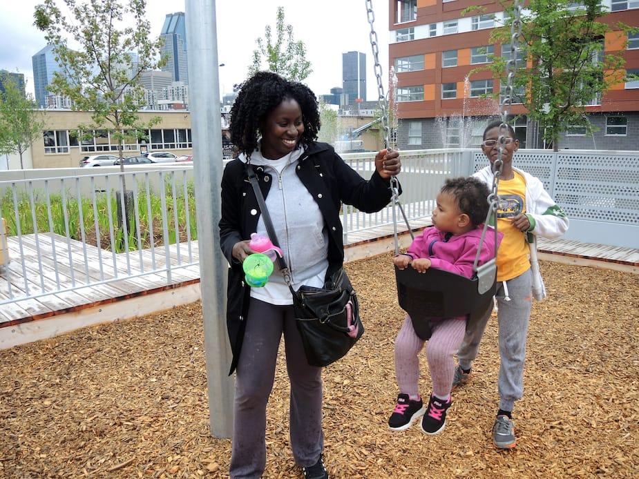 Le premier de six parcs pour enfants a été inauguré dans Griffintown dimanche le 10 juillet. Environ 400 familles habitent ce quartier. Titania Charles est venue profiter du nouveau parc à côté de chez elle avec sa fille et son cousin Cameron Charles.