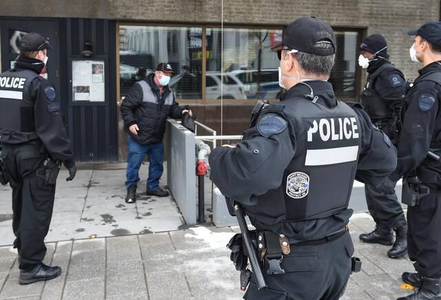 Les policiers ont dû user de persuasion pour convaincre l'homme récalcitrant aux prises avec des problèmes respiratoires d'être aidé.