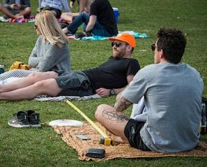 Une distance de deux mètres a l'air très courte lorsqu'on l'observe d'un certain angle, comme l'illustre le ruban à mesurer sur cette photo prise au parc Jarry samedi à Montréal.