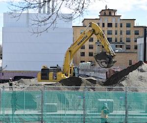 Selon le ministère de l'Économie et de l'Innovation, plus de 84 000 travailleurs de la construction ont fait un retour sur les chantiers du Québec lundi matin, comme ceux du mégahôpital de Québec (photos). C'est en plus des 55 000 travailleurs du secteur résidentiel qui sont à l'œuvre depuis trois semaines.