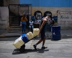 Le Venezuela possède les plus grandes réserves de pétrole au monde mais sa production est en chute libre. Ici, un homme porte un masque à cause des mesures de protection contre la COVID-19, à Caracas.