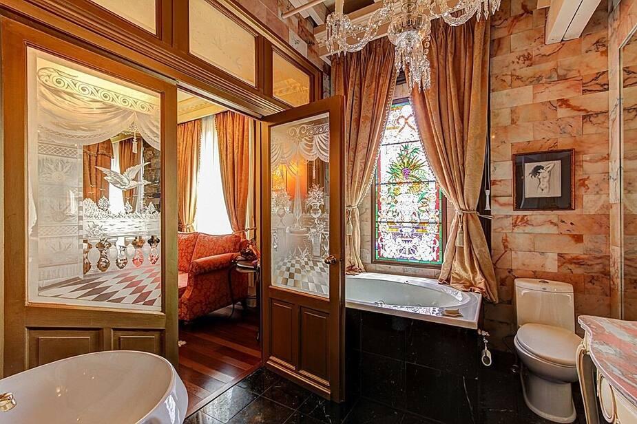 Salle de bain reliée à une chambre à coucher. Au nombre de salles de bain, aucun risque de chicane le matin!