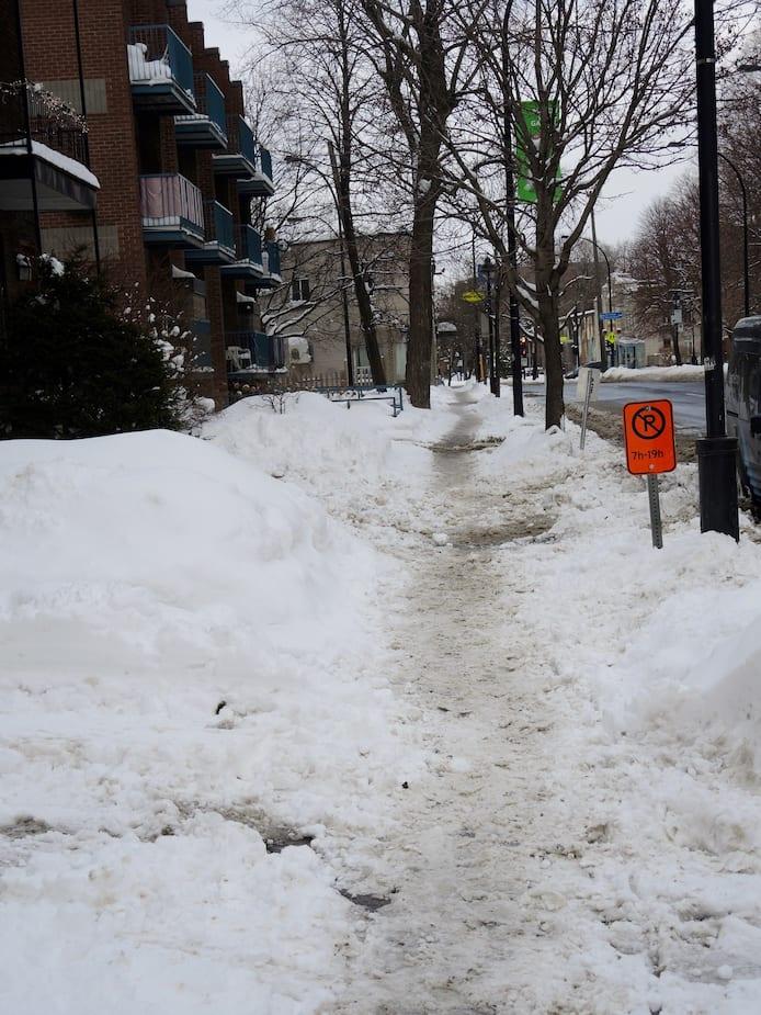 Difficile de circuler en toute sécurité sur les trottoirs enneigés du Sud-Ouest.