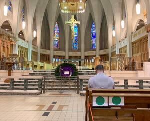 Au cours des célébrations de Noël, les fidèles pourront suivre la messe en respectant les consignes de distanciation sociale, comme on peut le voir ici, à la Basilique-Cathédrale Saint-Michel, à Sherbrooke.