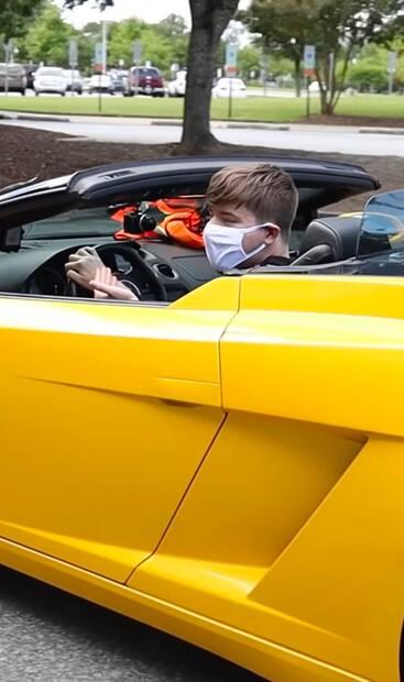 Image principale de l'article Un youtubeur donne ses autos à ses passagers Uber