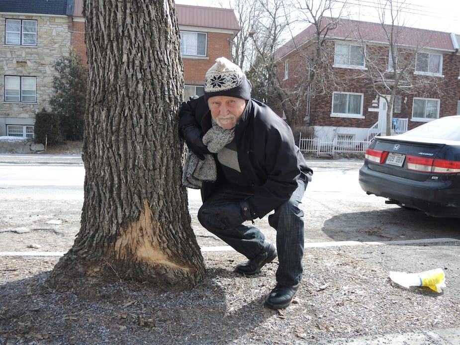 Jean Larose, résident de la rue Holt dans le Vieux-Rosemont, s¹inquiète de la vitesse des chenillettes l¹hiver et les dommages qu'elles causent aux arbres de la rue.