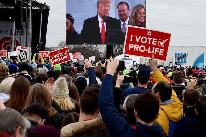 Des manifestants pro-vie écoutent le discours du président Donald Trump lors de la 47e « Marche pour la vie ».
