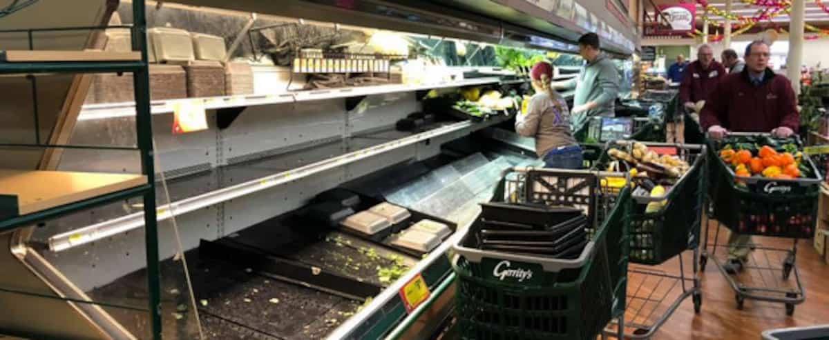 Elle tousse sur des aliments à l'épicerie