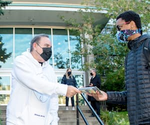 Jon Gurman, de l'entreprise M4SK Army, a distribué des masques gratuitement aux élèves de l'école secondaire Marymount Academy International, jeudi.