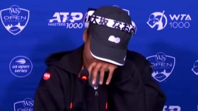 Osaka fond en larmes lors d'un point de presse