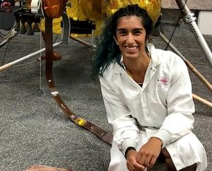 Farah Alibay en plein travail lors de la mission InSight de la NASA au Jet Propulsion Laboratory (JPL) à Los Angeles en 2018. Elle commandera Perseverance 2020 dans cette même salle.