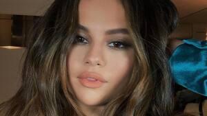 Image principale de l'article Selena Gomez essaie un tutoriel pour cheveux viral