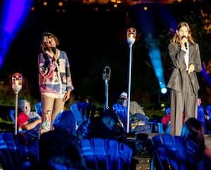Les chanteuses Pomme, Charlotte Cardin et Safia Nolin lors du concert Rallumer les étoiles à Lac-Mégantic, le 15 août 2020.